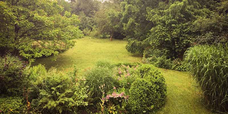 Hoofdgebouw Oostraven met grote tuin en terras